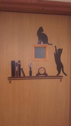 トイレの小窓に猫のウォールステッカー
