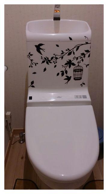 ウォールステッカーをトイレのタンクに貼り付け