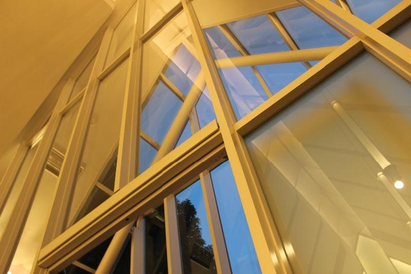 ガラスの入場扉