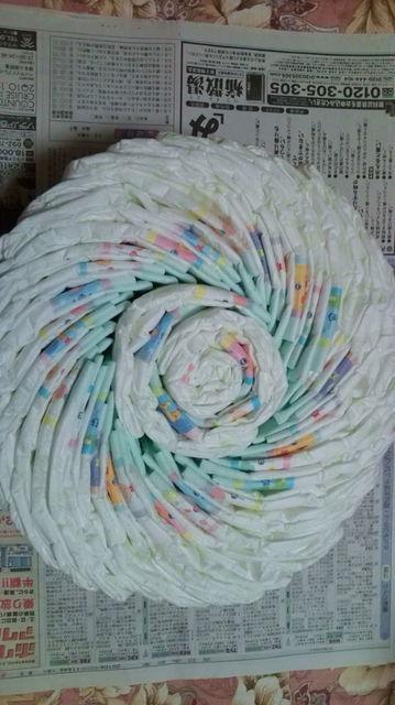 真ん中に丸めたオムツを入れて下の段を作る