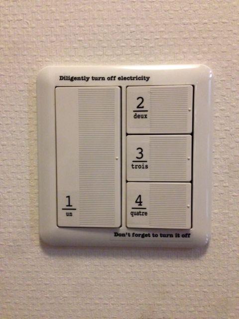 電気スイッチにシンプルなステッカーを貼る