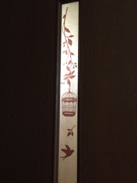 リビングのドアの、すりガラスにステッカー