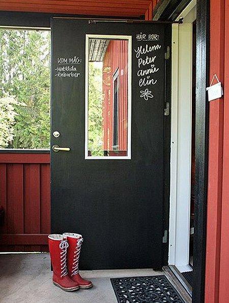 家のドアを黒板塗料でリメイク