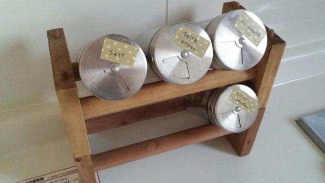 セリアのマスキングテープラックを利用した調味料収納