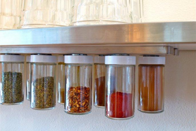 マグネットを使った調味料の収納アイディア
