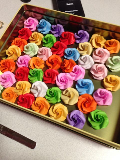 折り紙で作ったバラのフラワーシャワー