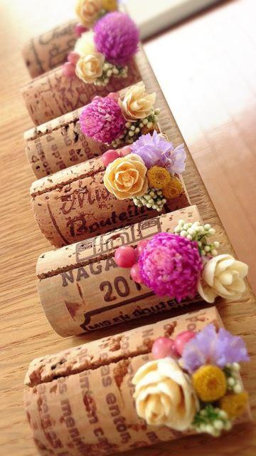 コルク栓に小さな花を飾った席札立て